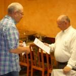 Übergabe der Ehrenurkunde durch den 1. Vorsitzenden Kurt Steller an Albert Laier